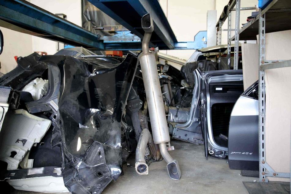 In den Hallen befanden sich auch Unmengen an demontierten BMW-Fahrzeugteilen.