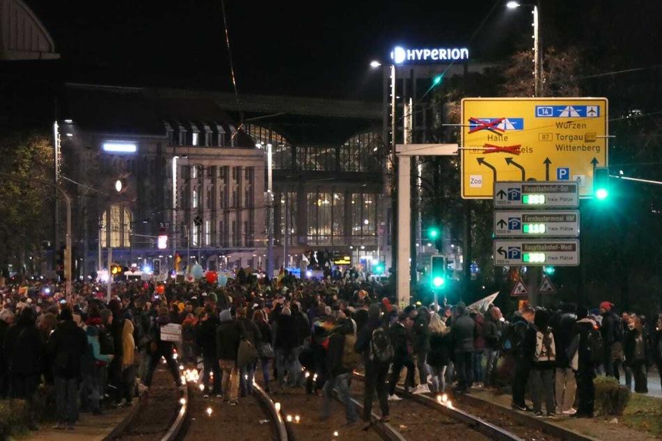 """Vor dem Hauptbahnhof stellten die """"Querdenker"""" Kerzen auf. Nun bewegt sich der Zug weiter."""