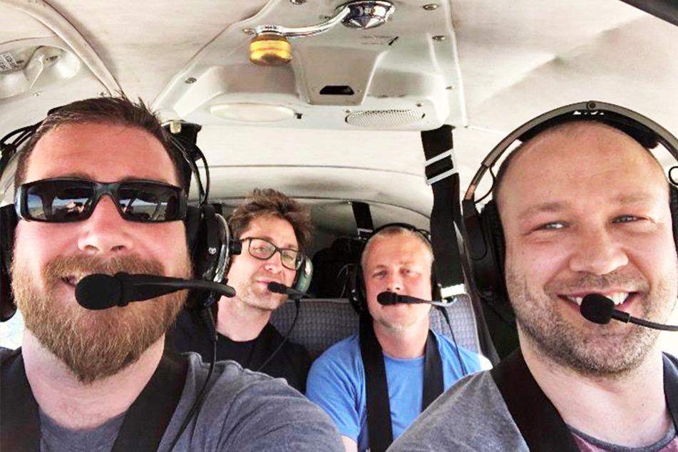 Daniel Shedd (37, v.l.n.r.), John Camilleri (39), Daniel Schlosser (39) und Pilot Joshua Daniel Sweers (35) in der Unglücks-Maschine.