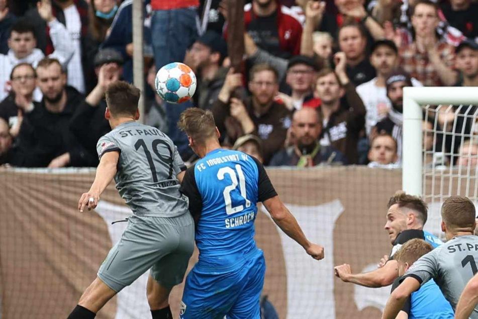 Luca Zander (links) stieg bei einer Ecke zum Kopfball hoch und erzielte die 1:0-Führung für den FC St. Pauli.