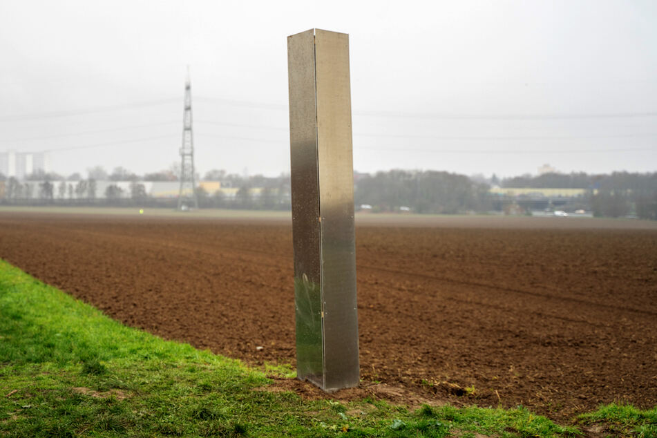 Im hessischen Sulzbach tauchte, wie aus dem Nichts, ein Monolith aus Metall auf.