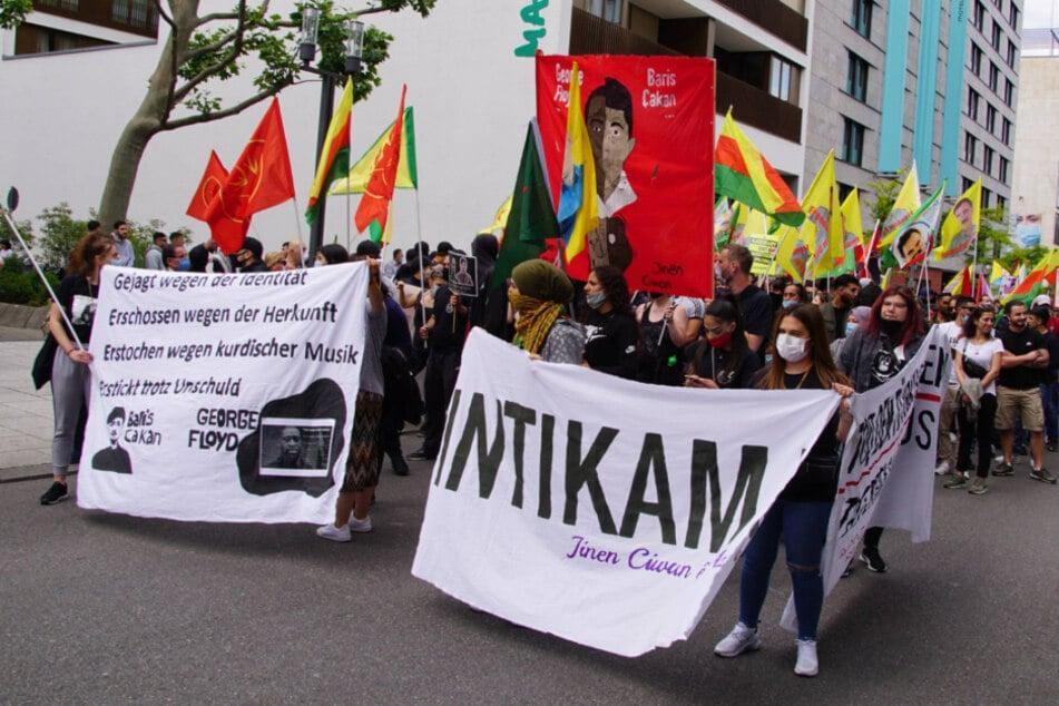 Kurden demonstrieren in der Stuttgarter Innenstadt gegen den völkerrechtswidrigen Krieg in der Türkei.