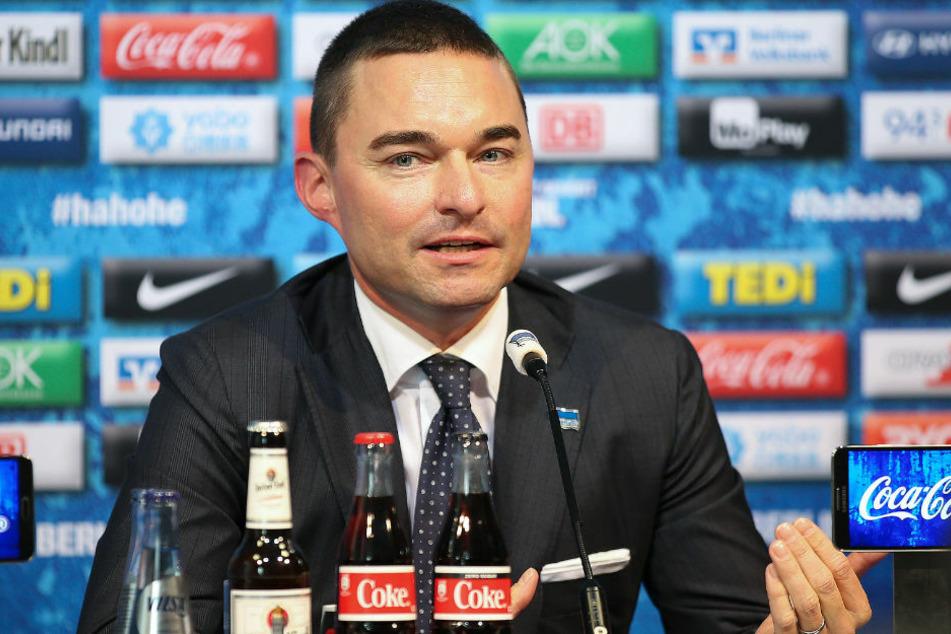 Investor Lars Windhorst (43) gibt eine Pressekonferenz nach dem Rücktritt von Trainer Klinsmann. Mit Windhorsts Einstieg wollte der Hauptstadtklub eigentlich in neue Dimensionen vorstoßen.