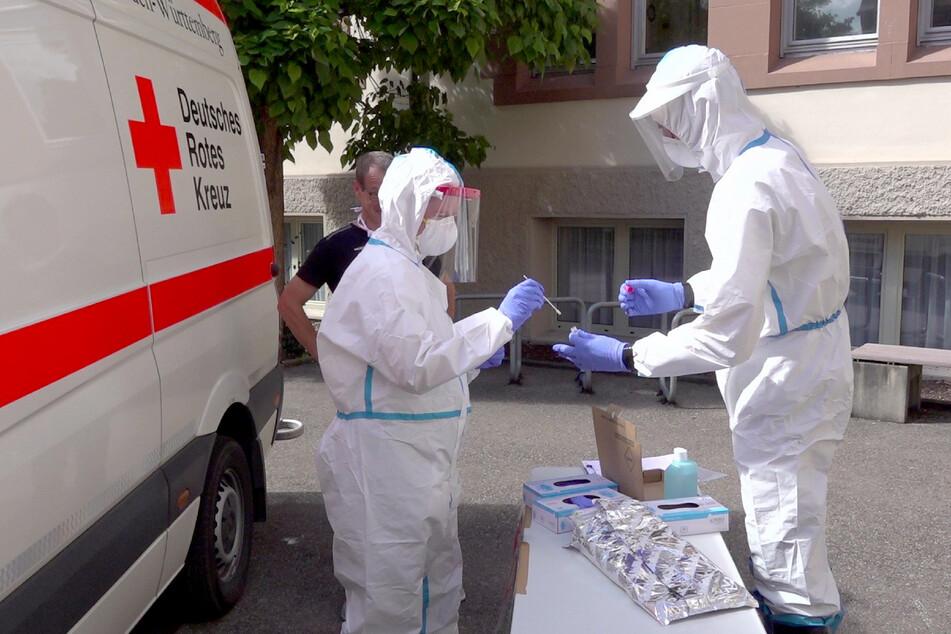 Göppingen: Mitarbeiter des Deutschen Roten Kreuzes testen im Schutzanzug an einer Schule in Göppingen Schüler und Lehrer auf Corona-Infektionen.
