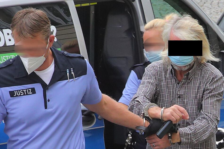 Lothar L. (67) wurde aus der JVA zum Prozess gebracht.