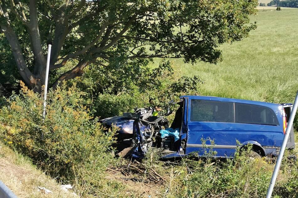 Sowohl der Fahrer als auch der Beifahrer wurden bei dem Unfall schwer verletzt.