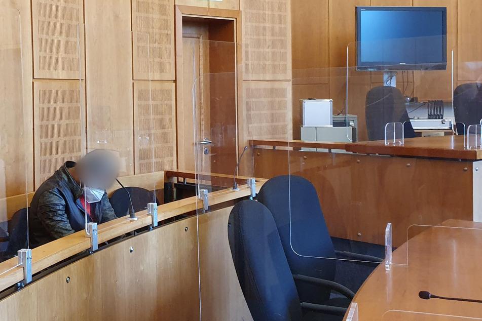 Der Angeklagte (37) muss sich wegen versuchten Totschlags an seiner Frau vor Gericht verantworten.