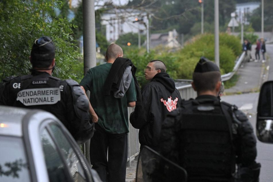 Französische Gendarmen stehen auf einer Straße in der Nähe von Redon, Nordwestfrankreich, als sie eingreifen, um eine illegale Rave-Party zu verhindern.
