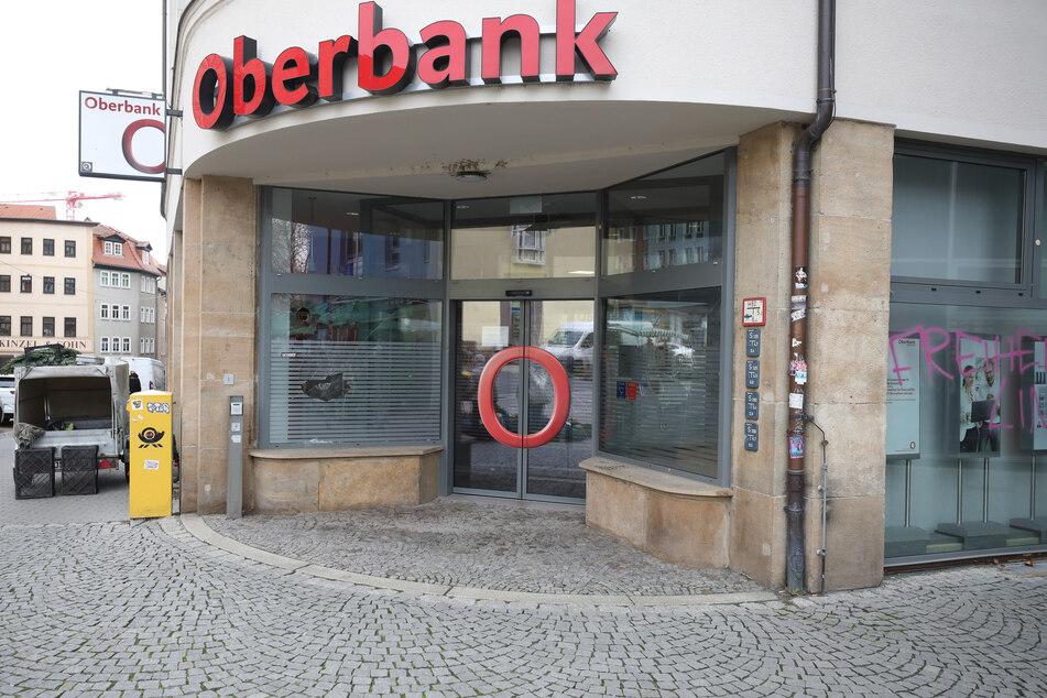 Bei den Krawallen wurde auch eine Bank angegriffen.