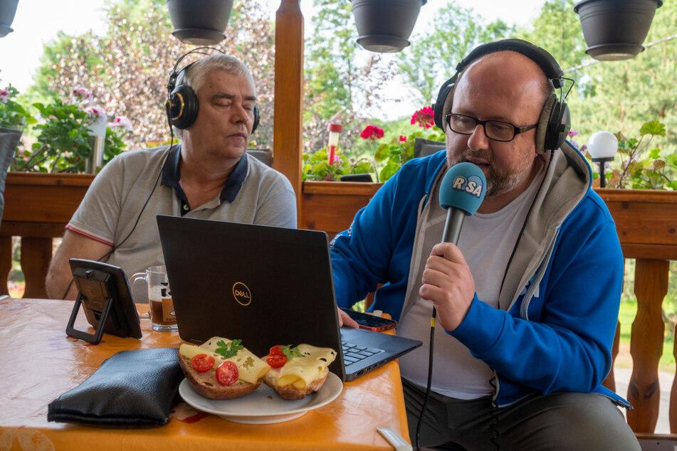 Da bleiben mal kurz die Käsebrörtchen liegen: Ecki (61, l.) plaudert live mit Marcus Poschlod auf der Terrasse.