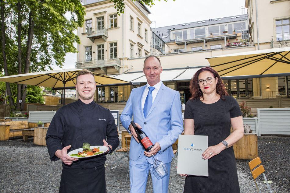 """Tobias Ihle (37, v.l.), Stefan Wallbaum (48) und Manja Rabe-Kalms (41) sind das neue Genuss-Trio im """"Restaurant Elbegarten"""" am Blauen Wunder."""