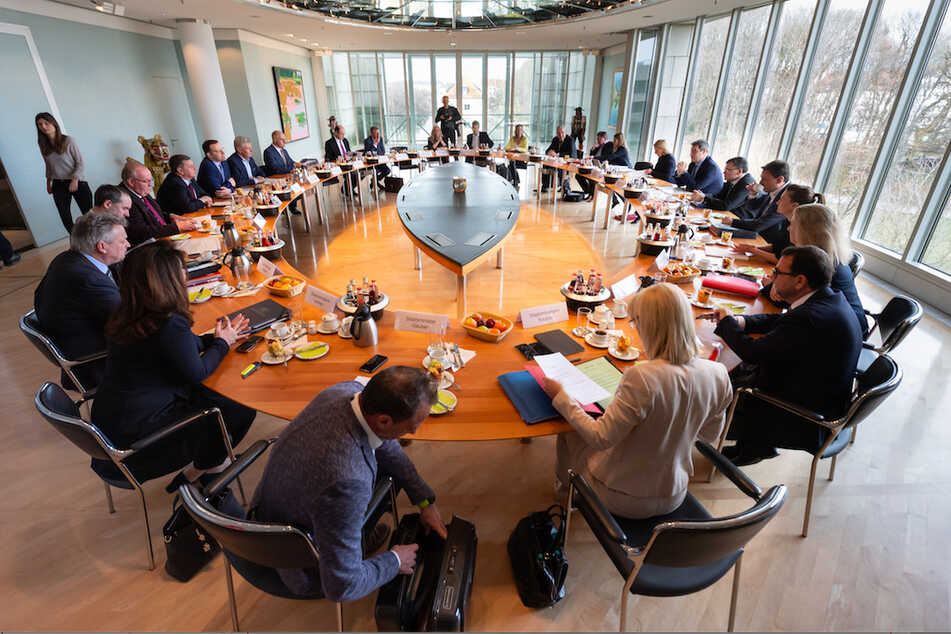 Jens Spahn (l, CDU), Bundesgesundheitsminister, nimmt an der Sitzung des bayerischen Kabinetts in der Staatskanzlei teil. Ihm gegenüber sitzt Markus Söder (CSU), Ministerpräsident von Bayern.