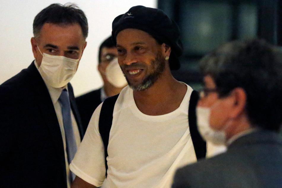 Der ehemalige brasilianische Fußballstar Ronaldinho (M) kommt in einem Hotel an.
