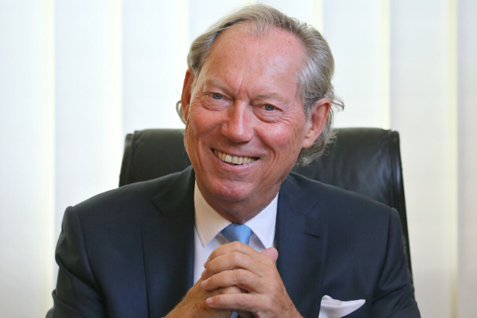 Schönheits-Chirurg Professor Werner Mang sitzt in seinem Büro in der Bodensee Klinik.