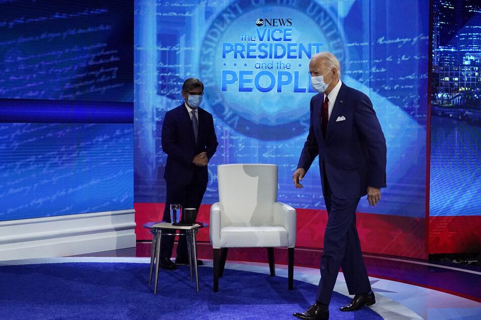 Joe Biden (r.), Präsidentschaftskandidat der Demokraten, kommt zu einer Fragestunde mit Wählern im National Constitution Center. George Stephanopoulos, Moderator des Fernsehsenders ABC News, steht links.