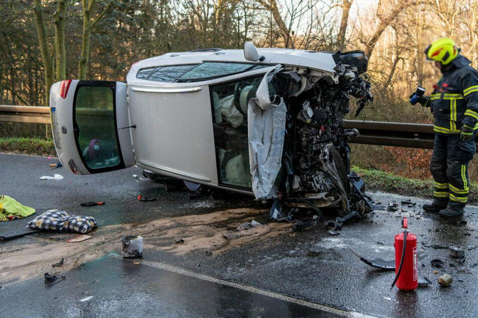 Trotz Überholverbot: Seat kracht in Gegenverkehr, Fahrerin schwer verletzt