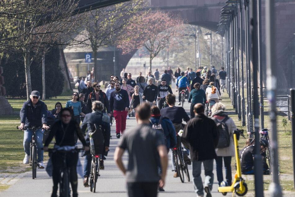 """""""Social Distancing"""" sieht definitiv anders aus: (Zu) viele Menschen trieb es am sonnigen Wochenende ans Mainufer."""