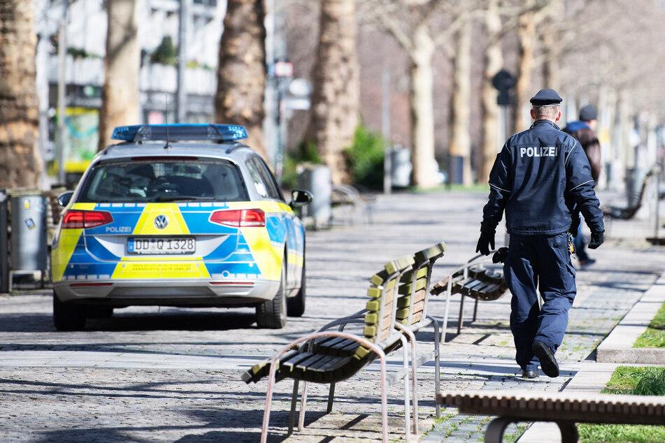 Polizisten suchten nach den Tätern und fanden sie bereits an der nächsten Haltestelle (Symbolbild).