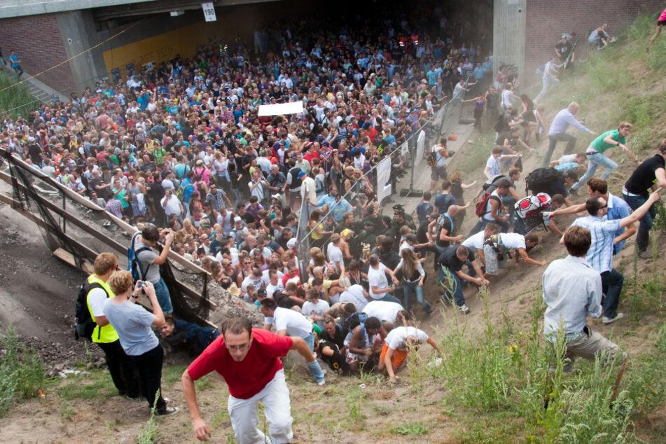 24. Juli 2010: Tausende Raver drängen sich auf der Loveparade in und vor dem Tunnel in Duisburg, in dem sich eine Massenpanik ereignet hat.