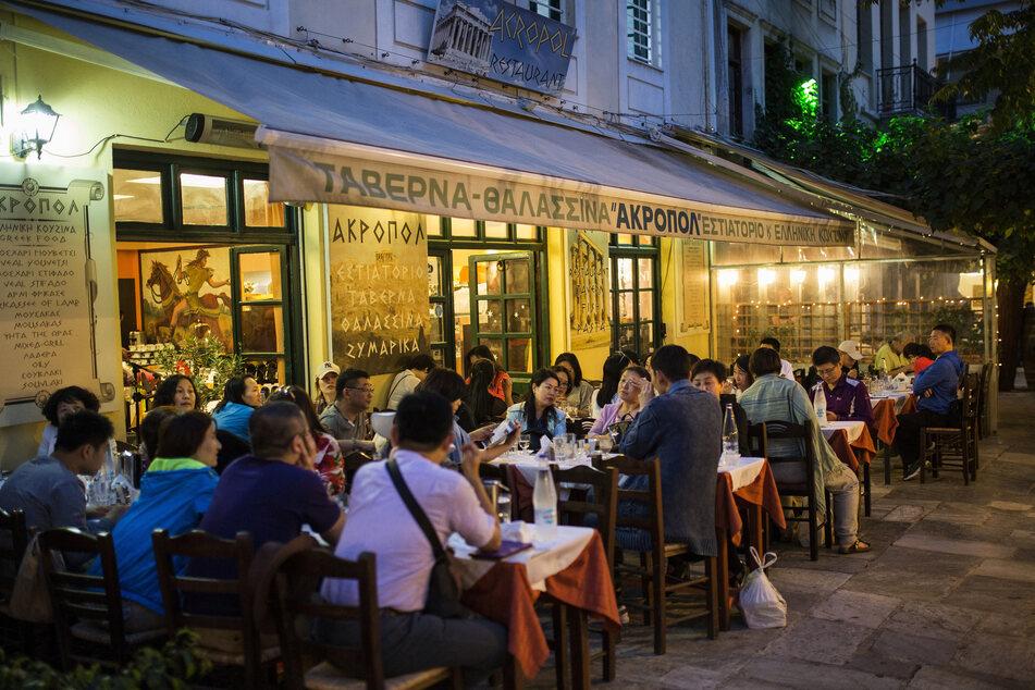 Athen hat am Montag seinen Tourismus weiter geöffnet: Erstmals seit mehr als zwei Monaten konnten alle Reisende vom Festland zu allen Inseln der Ägäis und des Ionischen Meeres sowohl per Fähre als auch per Flugzeug gelangen.