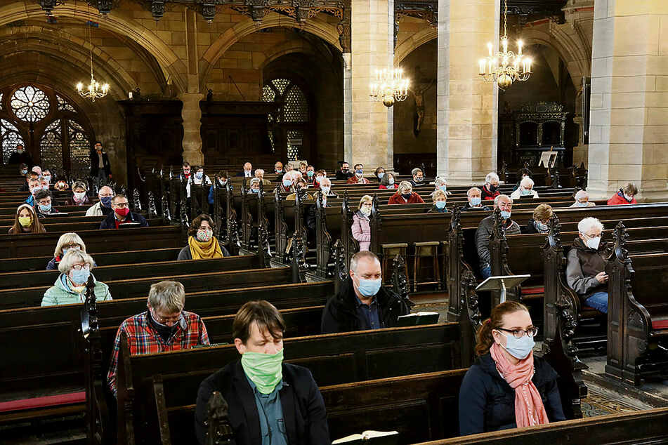 Kirchen bleiben offen. Zum Gebet muss jedoch Maske getragen werden, wie hier am Reformationstag im Zwickauer Dom.