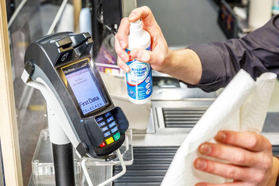 Mit Karten bezahlen ist hygienischer: Regelmäßig werden die Bezahlterminals desinfiziert.