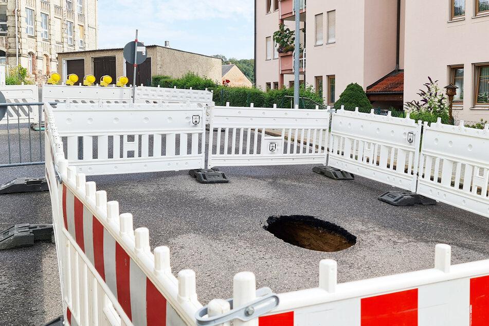 In der Bitumendecke der Schillerstraße in Waldheim klafft seit dem 14. August ein Loch. Aus einem defekten Kanal war Abwasser ausgelaufen und hat den Unterbau der Straße weggespült.