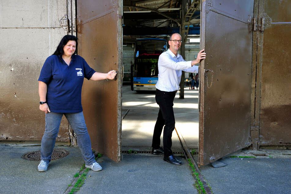 Die Leiterin des Straßenbahnmuseums, Claudia Grosskopp (44), und CWE-Chef Sören Uhle (46) öffnen symbolisch die Tore für das RAW Festival.