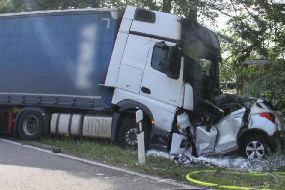 Horror-Crash: Auto kracht frontal in Lkw, Fahrer stirbt am Unfallort