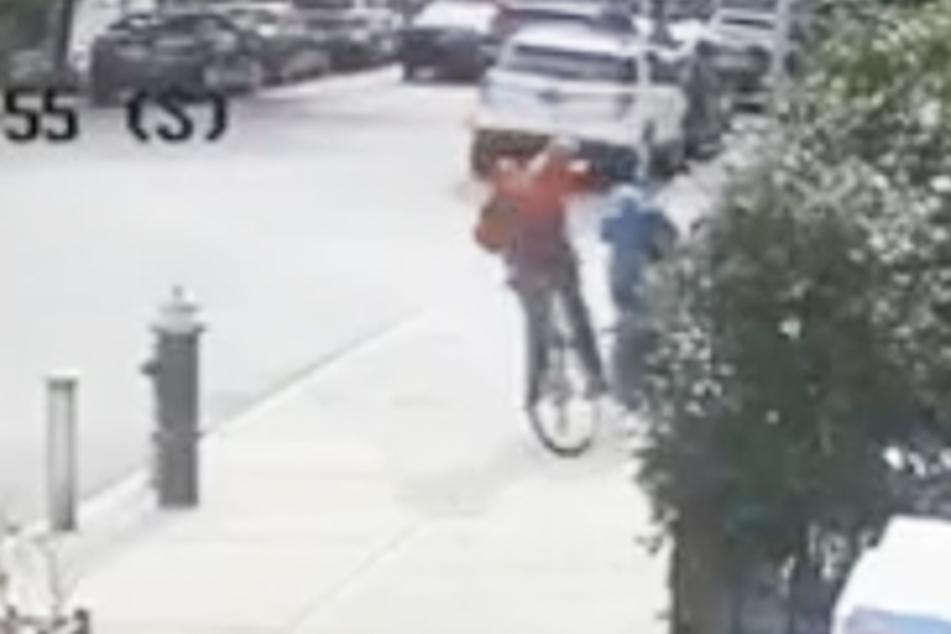 Der Fahrradfahrer kam von der Straße auf den Fußweg und schlug mit seiner linken Hand auf die Seniorin.