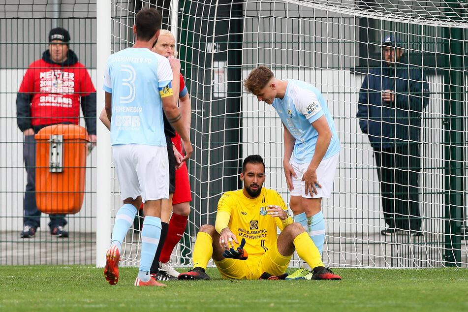 Isa Dogan sitzt nach dem Zusammenprall im Spiel gegen Grimma benommen auf dem Rasen.