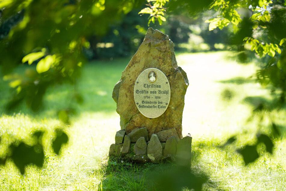 Dieser Gedenkstein im Schlosspark erinnert seit 2016 an Tina von Brühl.