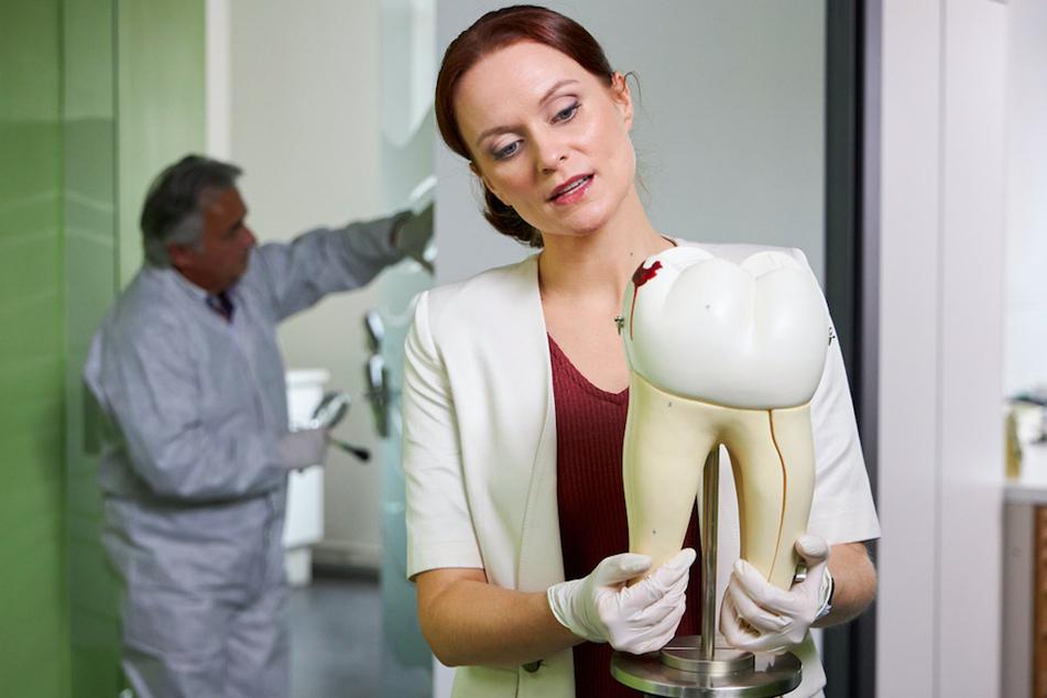 Pathologin Sandra Mai (Sina Wilke, 35) hat einen Backenzahn aus Kunstharz eindeutig als Tatwaffe identifiziert.