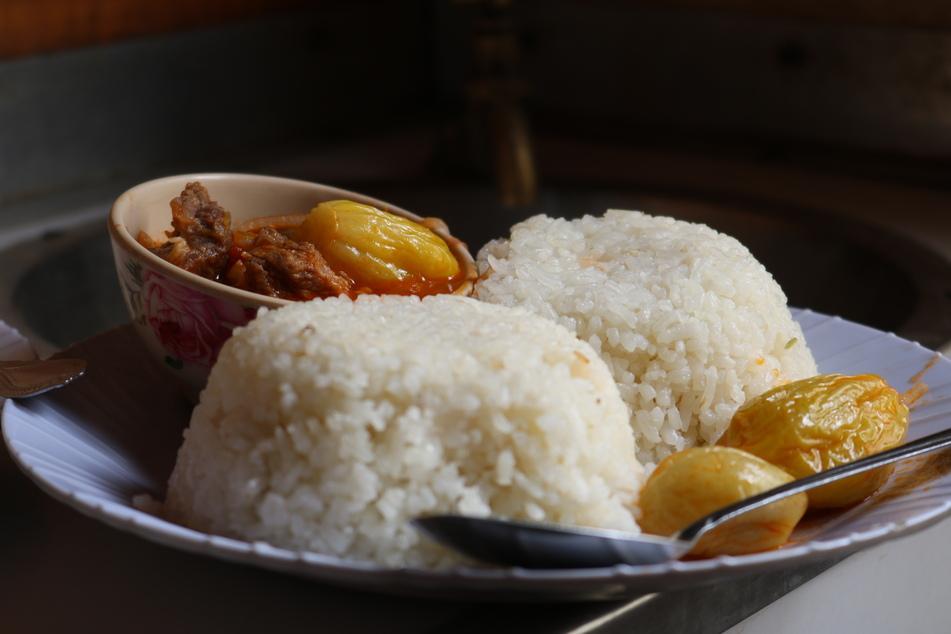 Reis mit Fleisch und Gemüse zu essen. In Tansania beispielsweise eines der beliebtesten Gerichte.