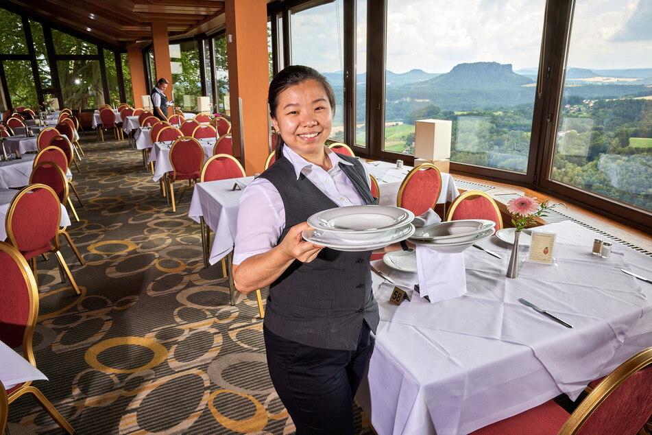 Irti Shadow (32) hat beim Servieren im Panoramarestaurant so ganz nebenbei den allerschönsten Ausblick.