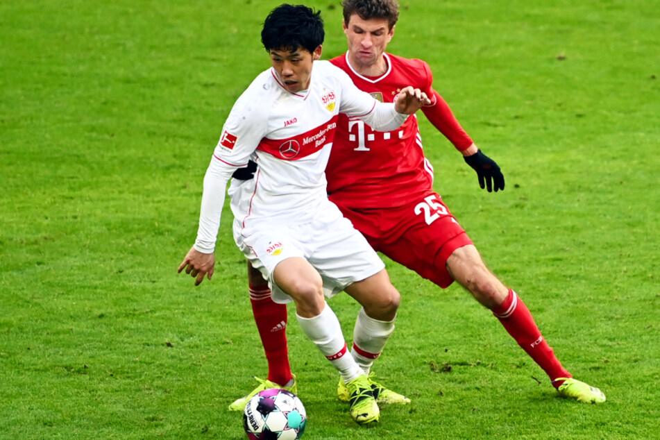 Der VfB Stuttgart muss zunächst auf Wataru Endo (28, l.) verzichten, hier im Zweikampf mit Bayerns Thomas Müller (31, r.).