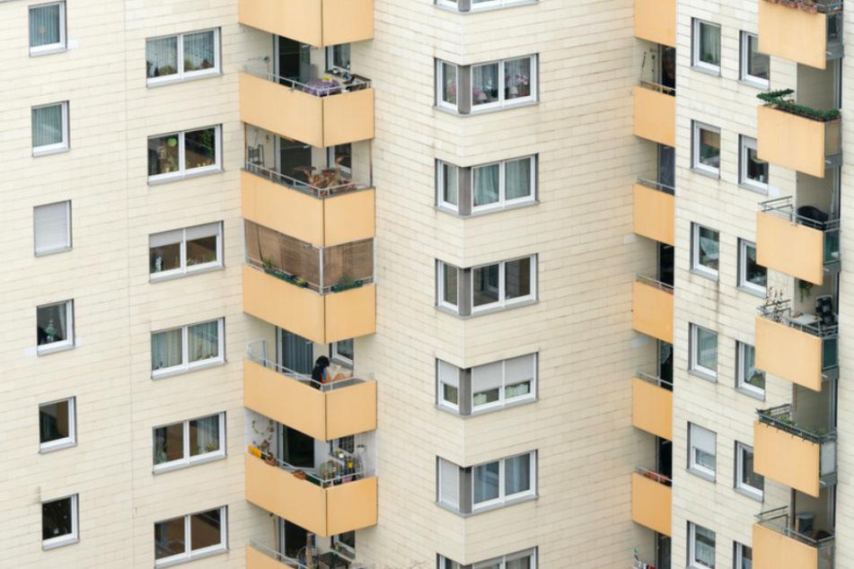 Ein Mehrfamilienhaus in Regensburg: Wo viele Leute auf engem Raum wohnen, ist die Gefahr einer Ansteckung besonders hoch.