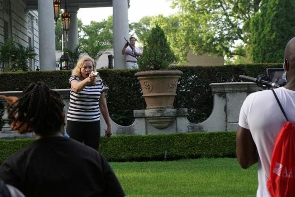 Die Frau zielt später direkt auf einen der Demonstranten.