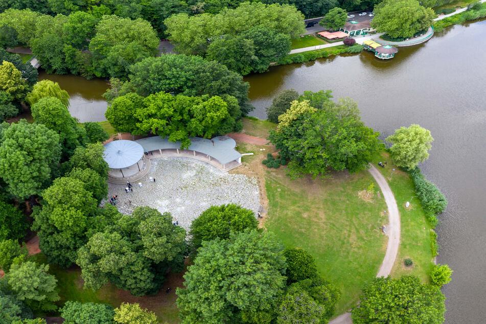 Dieses Luftbild zeigt die idyllische Lage des Pavillons auf der Schloßteichinsel.