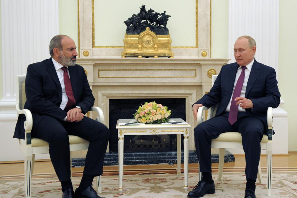 Wladimir Putin (69, r.), Präsident von Russland, und Nikol Pashinjan (46), Premierminister von Armenien, bei einem gemeinsamen Treffen in Moskau.