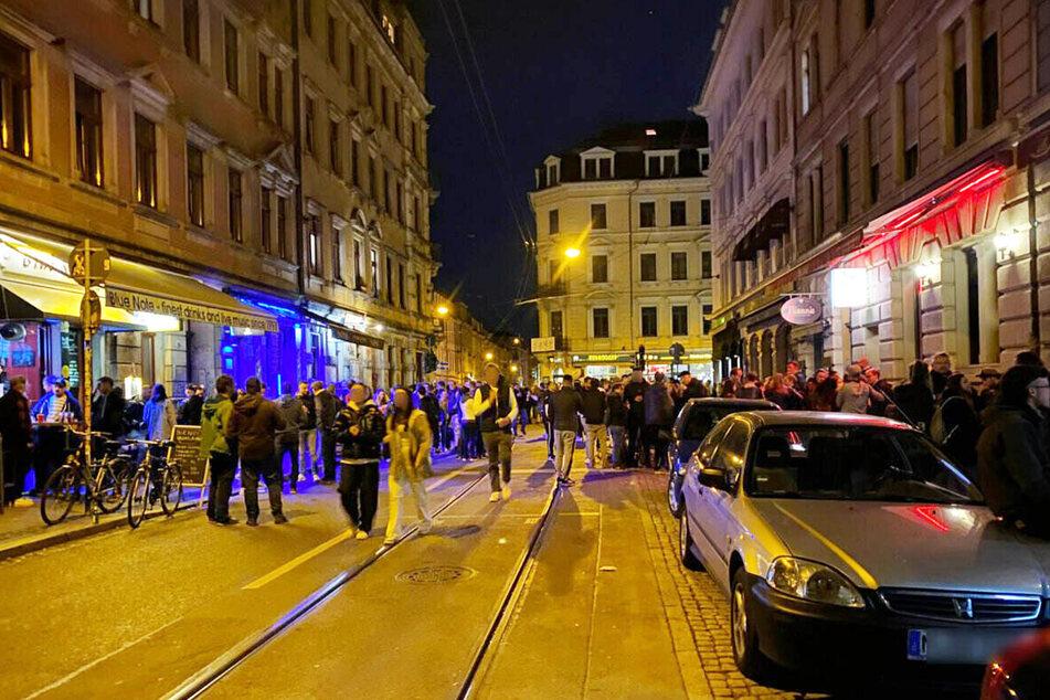 """Das """"Assi-Eck"""" wurde am späten Samstagabend wieder gut besucht, wie eine Aufnahme gegen Mitternacht zeigt. Hier fährt auch die Straßenbahnlinie 13 durch. Falls die Schienen denn frei sind."""