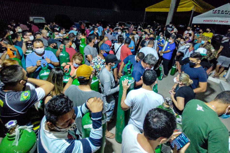 Manaus: Zahlreiche Menschen stehen neben ihren Sauerstoffflaschen vor einem Sauerstoff-Lieferanten. Wegen der vielen Covid-19-Patienten fehlt den Kliniken der Millionenstadt Sauerstoff.