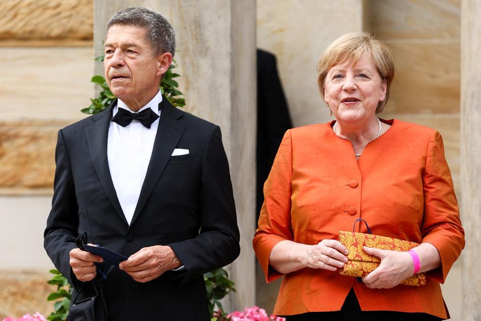Bundeskanzlerin Angela Merkel (67, CDU) und ihr Mann Joachim Sauer (72) kommen zum Festspielhaus auf dem Grünen Hügel.