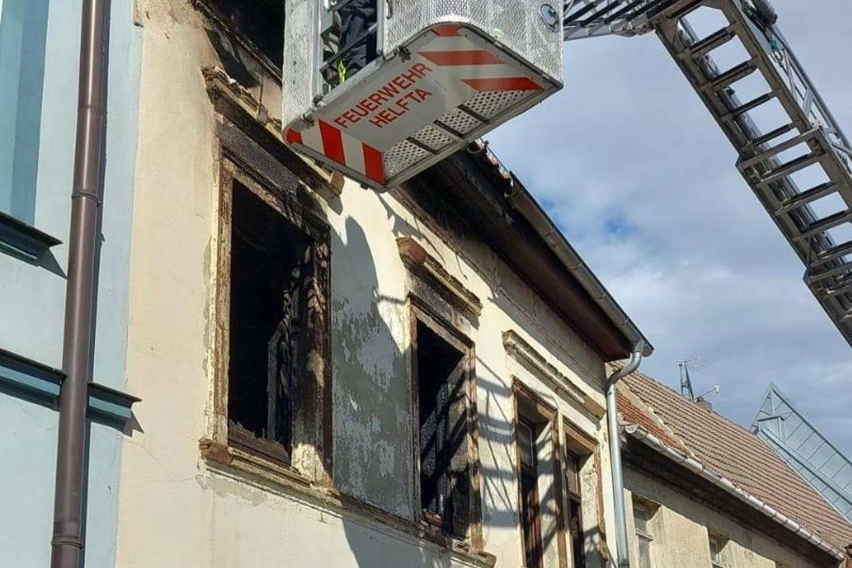 Über eine Drehleiter verschafften sich die Feuerwehrleute Einblicke auf das Dach des betroffenen Hauses.