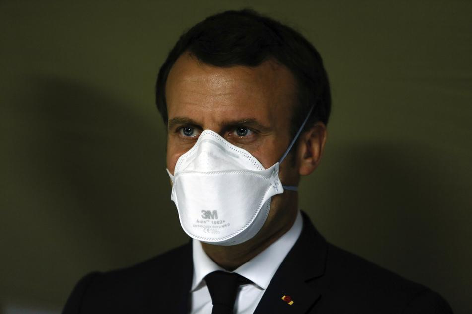 Emmanuel Macron, Präsident von Frankreich, trägt einen Mundschutz des Herstellers 3M während eines Besuches in einem Armeekrankenhaus.