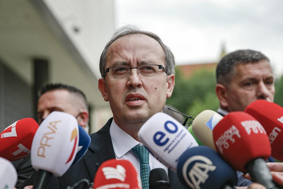 Der im Juni neu gewählte Regierungschef Avdullah Hoti spricht zu Journalisten. Hoti hat mitgeteilt, dass er sich mit dem Coronavirus infiziert hat.