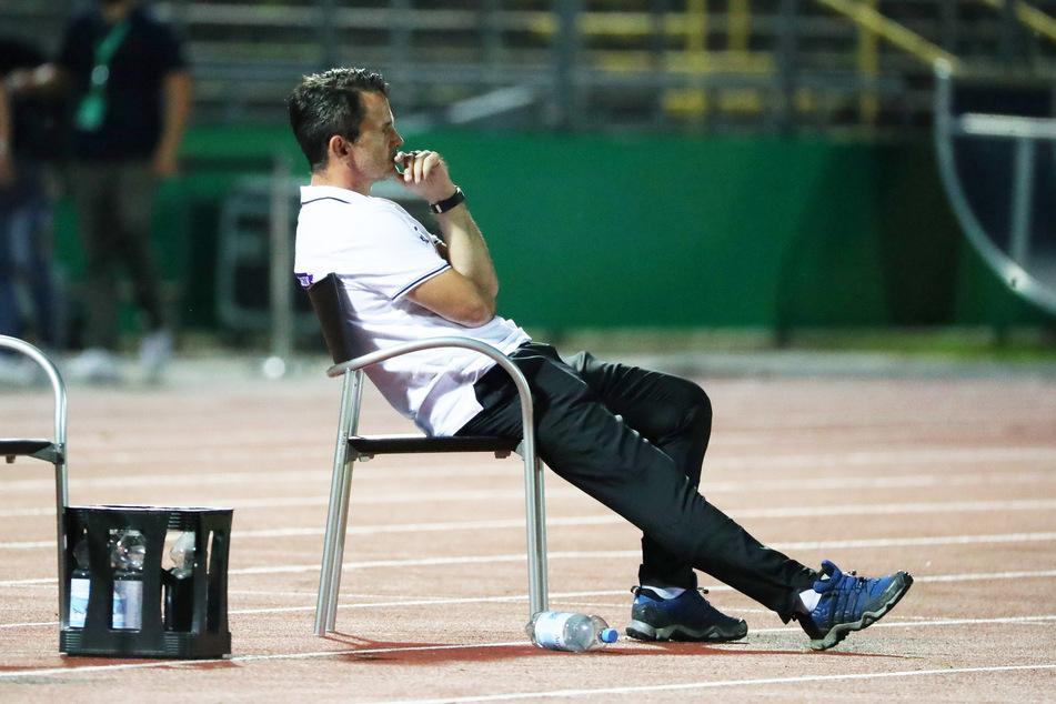Hockte nach dem Abpfiff gedankenversunken auf seinem Stuhl, war nach der Pokal-Pleite ratlos: FCE-Coach Dirk Schuster.