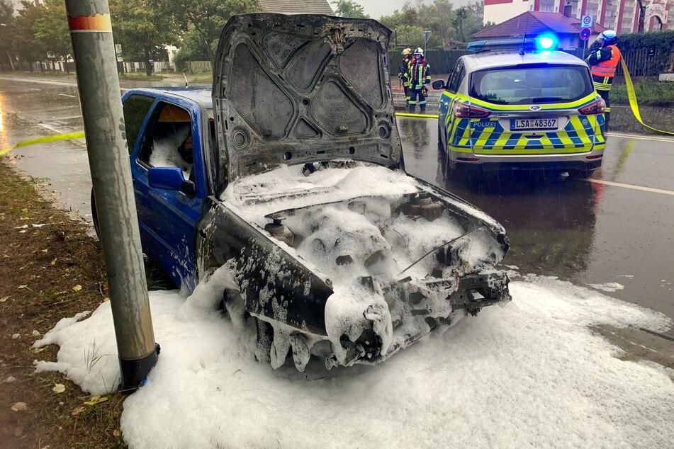Das aufgefahrene Auto geriet in Flammen. Die Kameraden der Feuerwehr mussten zum Löschen anrücken.
