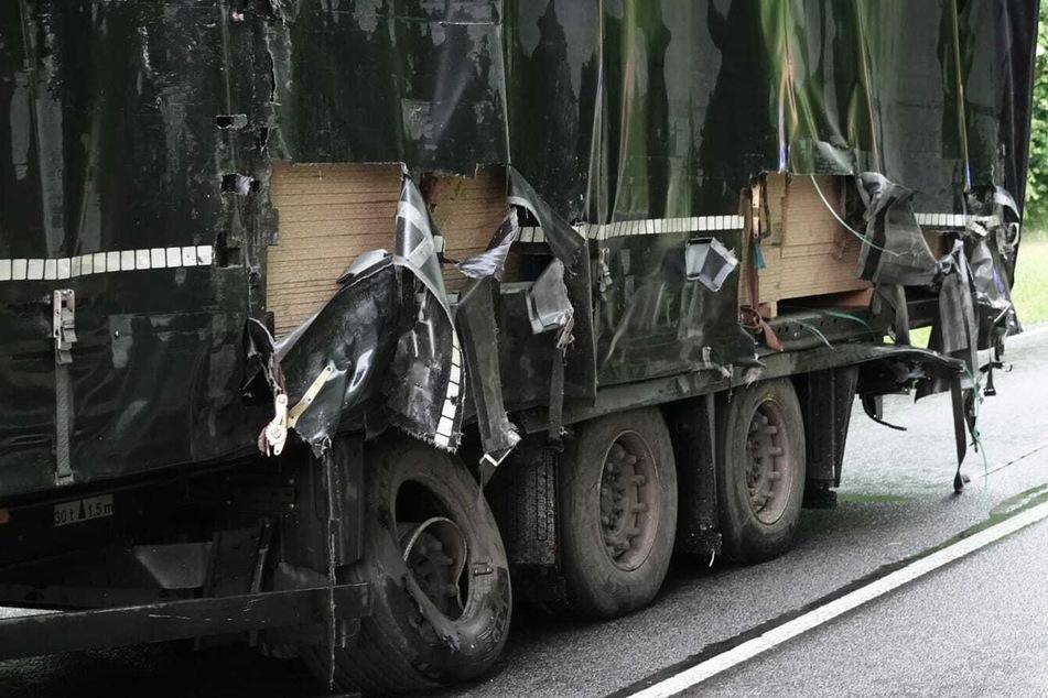Auf der B87 bei Jesewitz hat sich ein schwerer Unfall ereignet, bei dem dieser Lastwagen aufgeschlitzt wurde.