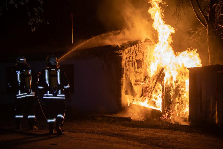 Zwei Feuerwehrleute am Einsatzort.